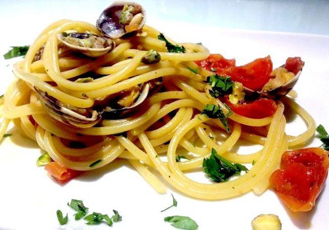 स्पैगेटी को ब्रैंटे से क्लैम्स, पाइन नट और पिस्टाइज से तैयार करने के लिए कैसे करें