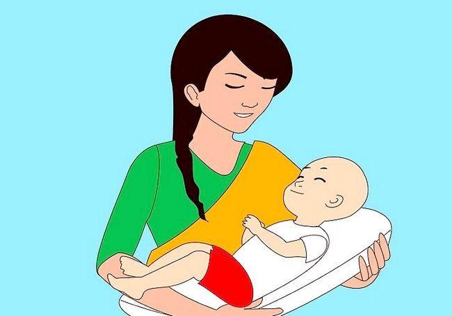 अलग-अलग स्तनपान कराने वाली स्थिति का प्रयोग करें शीर्षक चरण 2