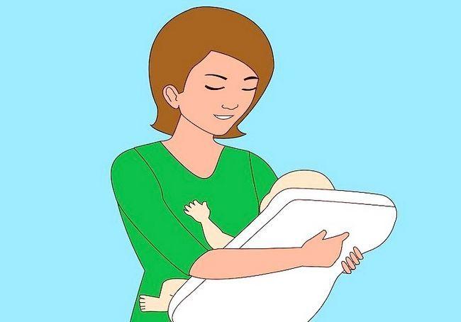 अलग-अलग स्तनपान कराने वाली स्थिति का उपयोग करें शीर्षक शीर्षक छवि 3