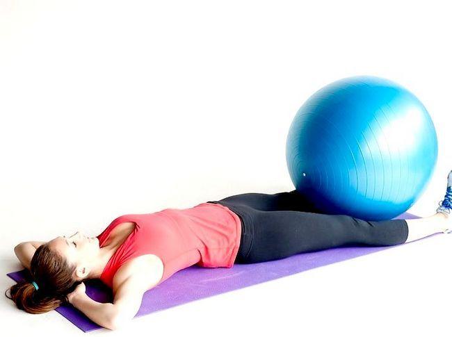 तनावपूर्ण पैर के साथ पेट को चलाने के लिए फिटनेस बॉल का उपयोग कैसे करें