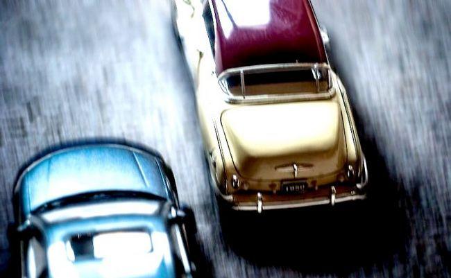 एक कार चरण 1 में पीछा हस्तक्षेप तकनीक (पीआईटी पैंतरेबाज़ी) का उपयोग शीर्षक वाली छवि