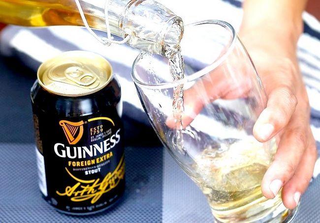 गिनीज और बास के साथ ब्लैक एंड टैन बीयर कैसे डालें